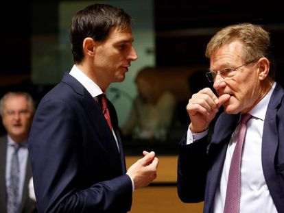 Wopke Hoekstra, a la izquierda, conversa con su homólogo belga, Johan Van Overtveldt, este viernes.