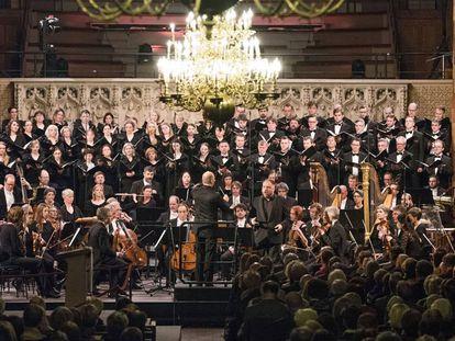 Matthias Goerne (centro), cantando como solista, durante el concierto en Bremen.