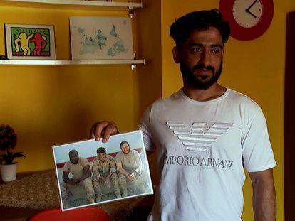El exintérprete de las tropas españolas en Afganistán muestra una foto de sus años de trabajo con el Ejército.