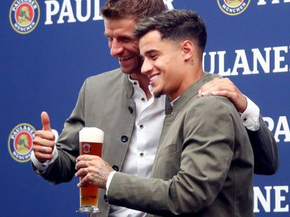 Phil Coutinho con Thomas Müller en la Oktoberfest.