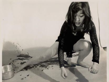 Shigeko Kubota, realizando la 'perfomance' 'Vagina paintings' en 1964, en un retrato de P. Moore.