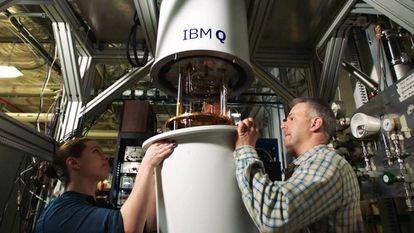 Dos trabajadores cubren el IBM Q.