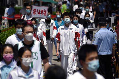 Varios estudiantes salen del centro de exámenes este martes 7 de julio en Pekín.