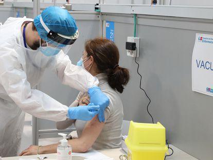 Una docente recibe la vacuna de AstraZeneca, en el pabellón 3 del hospital Isabel Zendal de Madrid, el miércoles.
