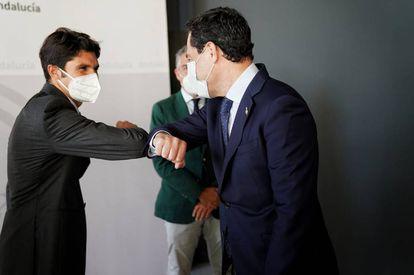 El diestro Cayetano, a la izquierda, y el presidente andaluz, Juanma Moreno, se 'codean' al inicio de la reunión celebrada en Sevilla.