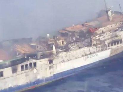 Un remolcador amarra al 'Sorrento', que ya no está en llamas ni a la deriva