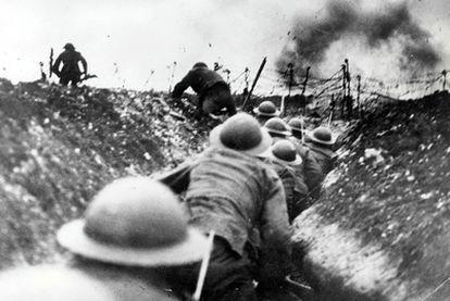 Soldados británicos en las trincheras, durante la batalla de Somme, en 1916.