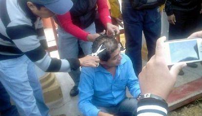 Presuntos miembros de la CNTE agreden a un maestro en Chiapas.