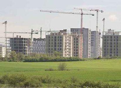 Bloques de viviendas en construcción en el nuevo barrio de Zabalgana, en Vitoria.