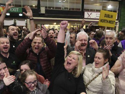 Una de las candidatas del Sinn Fein, Denise Mitchell, celebra los resultados en Dublín. En vídeo, declaraciones de la líder del partido.