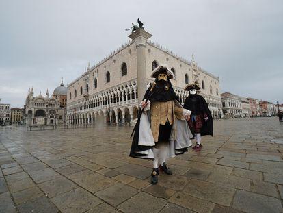 Dos personas, durante el carnaval de Venecia de este año.