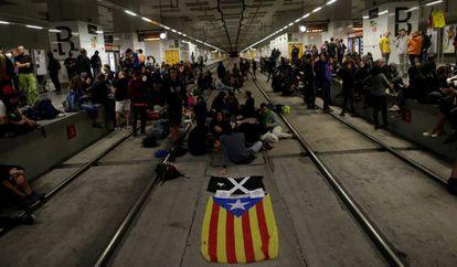 Un grupo de independentistas corta las vías del AVE este lunes en la estación de Girona.