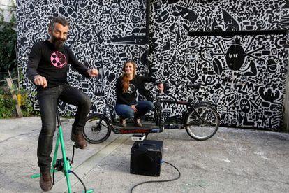 Carmelo López e Isabel Segura, con el equipo de Cinecicleta (la caja blanca es el proyector).
