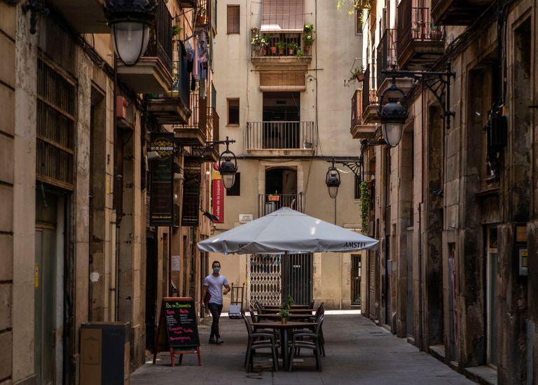 Vista de una terraza vacía en el centro de Barcelona .