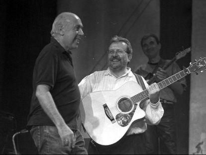 Mike Laboa con el líder del grupo Oskorri, Natxo de Felipe, en el concierto conmemorativo de los 25 años del nacimiento del grupo ' Oskorri' en 1995