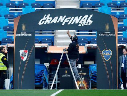 Un operario supervisa el arco de acceso del césped del Santiago Bernabéu.
