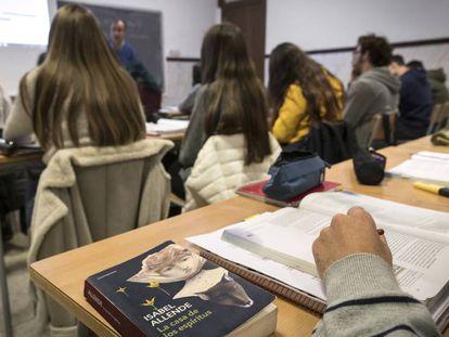 Una clase de lengua castellana y literatura de bachillerato en el instituto público Luis Vives de Valencia.