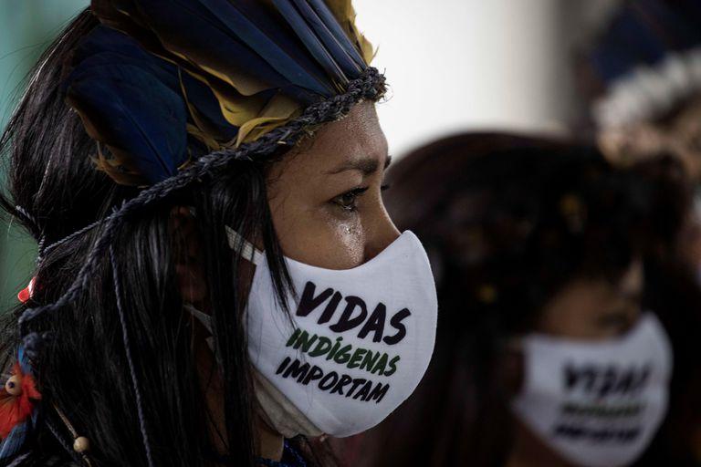 Una mujer indígena durante el funeral del cacique Messías Kokama, víctima de la covid-19, en el Parque de las Tribos, en la ciudad de Manaos, Amazonas (Brasil).