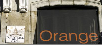 Cartel de Orange en la Puerta del Sol madrileña.