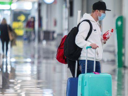Turistas alemanes en el aeropuerto de Palma de Mallorca, el pasado viernes.