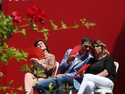 Pedro Sánchez, junto a Carmen Calvo, conversa con Susana Díaz durante un mitin en Córdoba.
