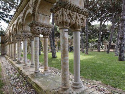Claustro románico en los jardines del Mas del Vent de Palamós, (Girona).