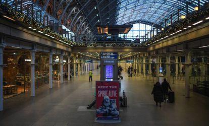 Aspecto de la estación de tren de St. Pancras de Londres, el domingo.