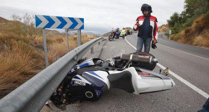 Accidente de un motociclista en la carretera de acceso a Sierra Nevada.