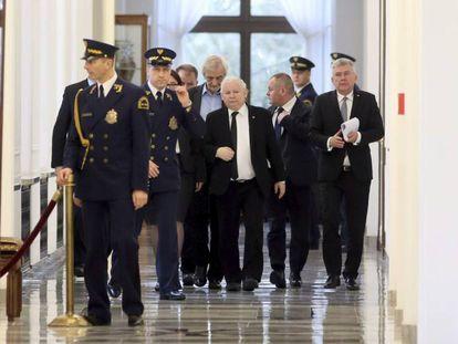 El presidente del Ley y Justicia, Jaroslaw Kaczynski (c), camina por los pasillos del Parlamento en Varsovia, el 12 de enero de 2017.