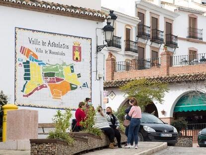 Mari Muñoz, Teresa Cortés y otras vecinas de Valle de Abdalajís el jueves pasado.
