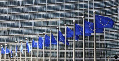 Banderas europeas en la sede de la Comisión Europea en Bruselas.