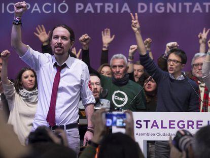 El líder de Podemos, Pablo Iglesias, al final de la asamblea.