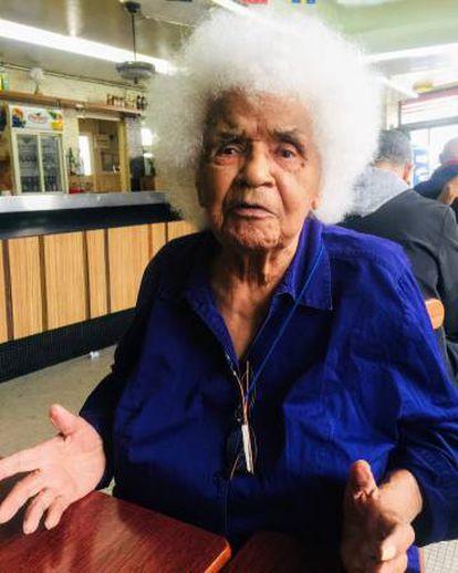 Sarah Maldoror, en abril, en un café cercano a su casa en Stains, al norte de París.