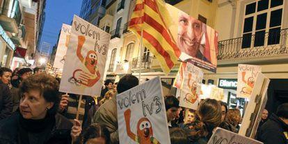 Participantes en la manifestación de Castellón para pedir que se restablezcan las emisiones de TV-3.