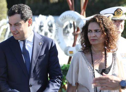 El presidente de la Junta de Andalucía, Juan Manuel Moreno, y la ministra de Hacienda en funciones, María Jesús Montero, este verano en Sevilla.