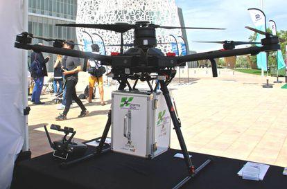 Dron y contendedor diseñados para el traslado de fármacos en el marco del proyecto Pharmadron
