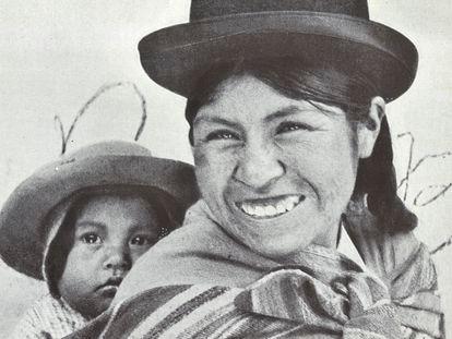 La fotografía de Elena Hosmann 'Una cholita en La Paz' (1941), parte del libro 'Ambiente de Altiplano'.