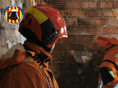 Los bomberos de Valencia durante la intervención en el incendio de una vivienda en Alberic.