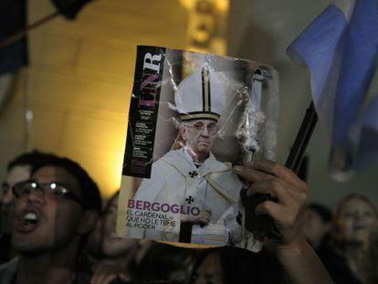 Una mujer sostiene una imagen del papa Francisco en la catedral metropolitana de Buenos Aires.