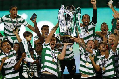 Los jugadores del Sporting levantan la copa, este miércoles, como campeones de la liga portuguesa.