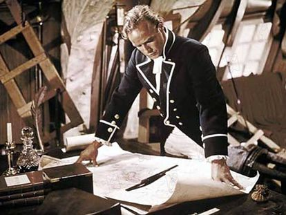 Marlon Brando observa los mapas en la película El Motín del Bounty (1962). La isla perdida a la que fueron a parar es hoy metáfora de desastre.
