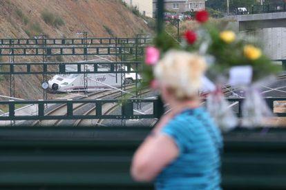 Una mujer observa el lugar del accidente de tren en Angrois.