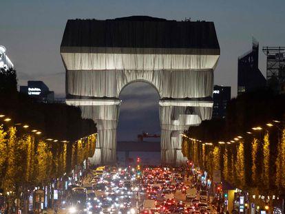 El Arco del Triunfo de París, el pasado 29 de septiembre envuelto en una tela, en un proyecto ideado por el artista Christo.