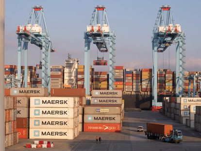 Grúas y contenedores en las instalaciones del puerto de Algeciras, a finales de febrero.