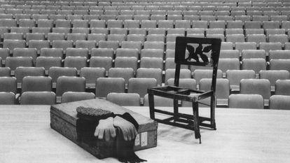 Silla que Glenn Gould llevaba a cada concierto, situada junto a una maleta con la gorra, la bufanda y los guantes del pianista, en el Roy Thomson Hall (Toronto).