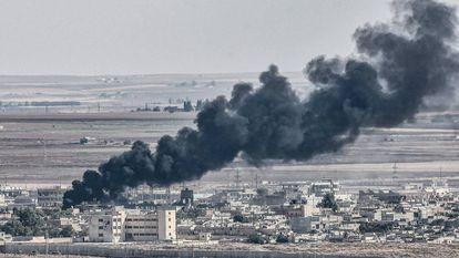 Vista de la ciudad de Ras al Ain, en el norte de Siria, donde este domingo combatían por su control las fuerzas apoyadas por Turquía y las milicias kurdas.