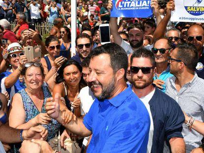 Matteo Salvini saluda este sábado a sus seguidores en Policoro, al sur de Italia.