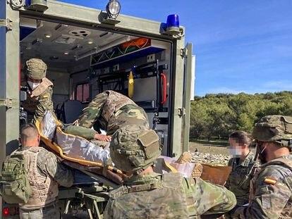 Ejercicio de evacuación de un herido en una ambulancia del Ejército de Tierra en una imagen de archivo.