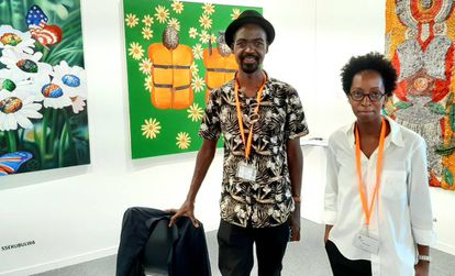 La comisaria de galerías africanas, Paula Nascimento, con el galerista de AfricArt.
