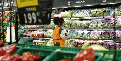 Una trabajadora repone mercancía en el supermercado Mercadona de Puerto de Sagunto (Valencia).